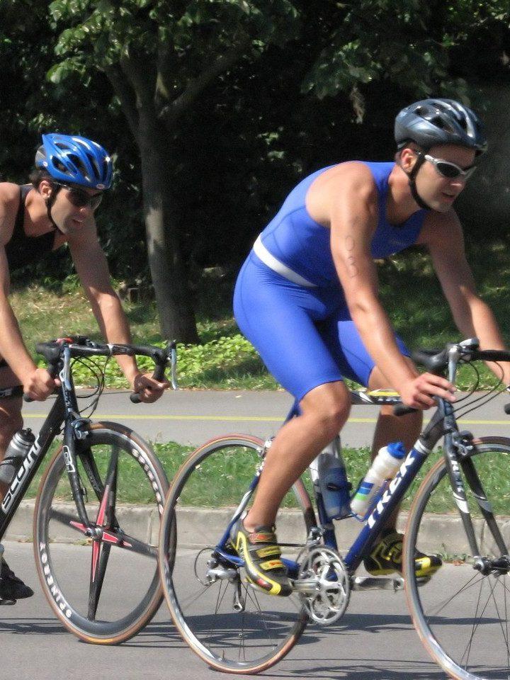 Czy rowerzysta ma obowiązek nosić kask? Poznaj odpowiedź!